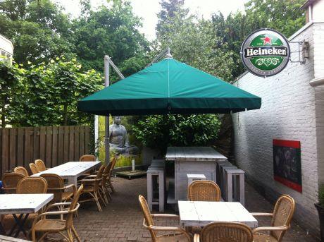 Windschermen en Parasols geplaatst bij Café de Zaak in Beuningen.